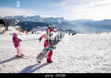 Remorquage d'une mère son enfant sur des skis, la Berneuse, Leysin, Vaud, Suisse, suisse europe Banque D'Images