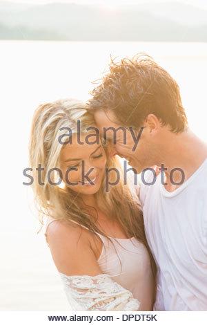 Jeune couple hugging, rire Banque D'Images