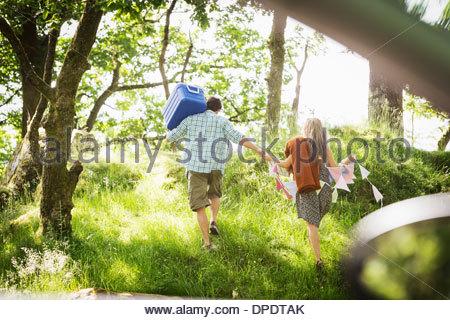 Jeune couple en forêt avec banderoles et boîte Banque D'Images