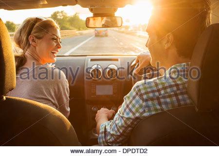 Jeune couple roulant en voiture Banque D'Images