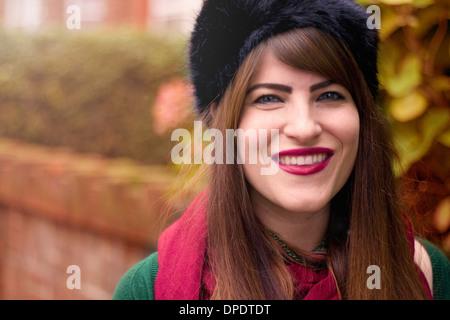 Portrait de jeune femme portant des vêtements d'hiver Banque D'Images