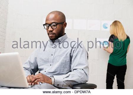 Partenaires d'affaires travaillant dans design office Banque D'Images