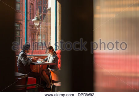Couple sitting in restaurant booth Banque D'Images