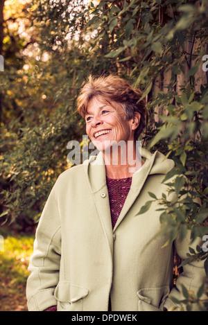 Portrait of mature woman in garden Banque D'Images