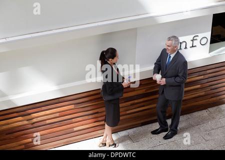 Businesspeople standing avoir conversation Banque D'Images