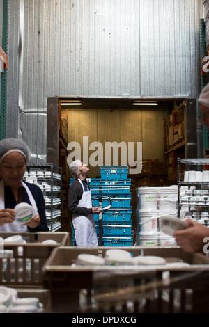 Les travailleurs de l'usine produits contrôle de l'entrepôt