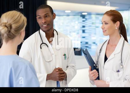 Les médecins et les infirmières ayant conversation Banque D'Images