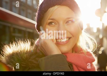 Portrait of young woman wearing Knit hat, appel téléphonique Banque D'Images