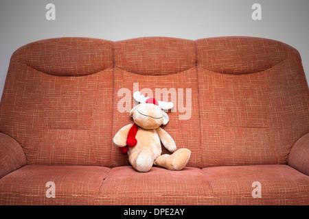 Peluche renne de Noël sitting on sofa
