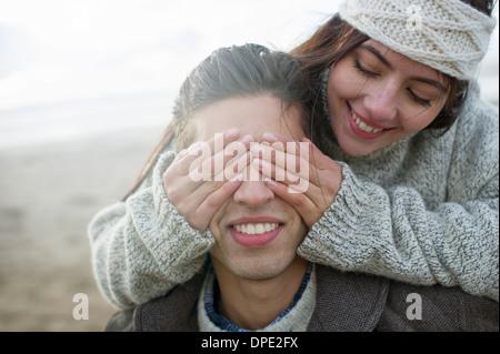Jeune femme couvrant les yeux mans Banque D'Images