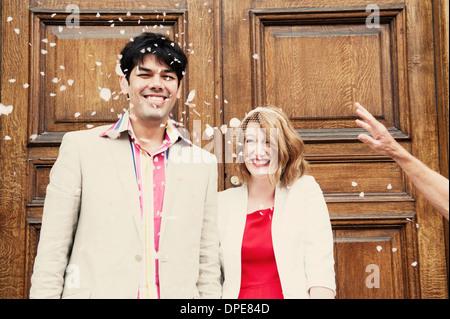 Couple nouvellement marié à confettis douche