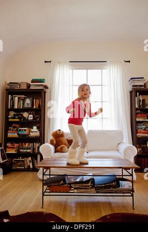 Jeune fille dansait sur les table basse Banque D'Images