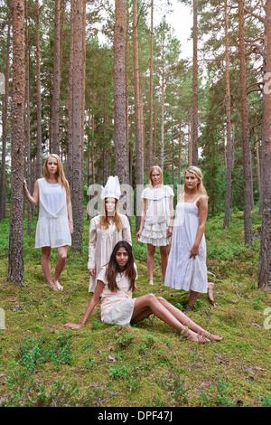 Les jeunes filles portant des robes blanches en forêt Banque D'Images