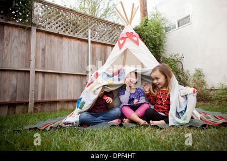 Trois jeunes filles dans le jardin caché sous couverture