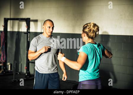 L'encadrement de jeunes formateurs woman in gymnasium Banque D'Images
