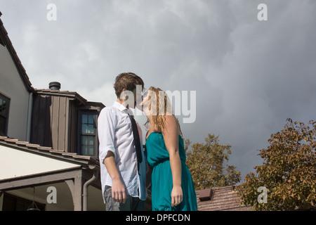 Couple sur la rue de banlieue Banque D'Images