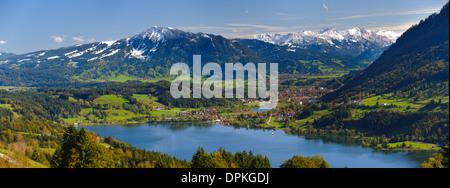 Paysage panoramique en Bavière, avec le lac Alpsee et montagnes des Alpes proche ville d'Immenstadt Banque D'Images