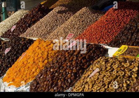 Dates, noix et fruits séchés en vente sur un étal dans la place Djemaa el Fna, Marrakech, Maroc Banque D'Images