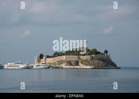 La Turquie, Kusadasi. Le port turc de Kusadasi, ville située sur la mer Égée, la porte d'Éphèse. Petit Dove Island. Banque D'Images