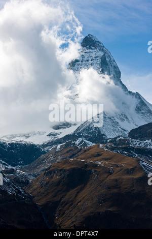 Matterhorn ou Monte Cervino, avec les nuages venant du sud; la Suisse. Banque D'Images