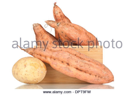 Les patates douces dans une caisse en bois Banque D'Images