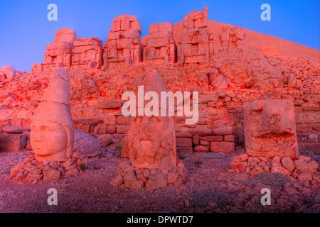 D'énormes têtes sculptées Mt. Parc national de Nemrut Turquie vestiges antiques de 2000 ans La Commagène la culture Banque D'Images