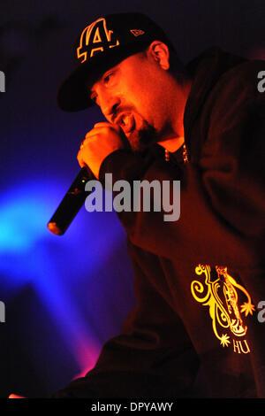 21 févr. 2009 - Hollywood, Californie, USA - rappeur musicien-B du vrai d'effectuer à la sortie du CD de travail pour son dernier album, intitulé 'Smoke N Miroirs' devant une salle comble d'amis et de fans à Hollywood Social, à Hollywood. Notriety B Real acquise en tant que responsable pour l'rappeur bande hip-hop Cypress Hill. Membre de Cypress Hill et pal, Sen Dog, B Real a rejoint sur scène. (Crédit Image: © S