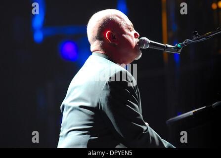 Feb 14, 2009 - Las Vegas, Nevada, USA - Musicien Billy Joel l'exécution en concert au MGM Garden Arena à l'appui de son nouvel album 'l'étranger' et son 30e anniversaire de la tournée. (Crédit Image: © Valerie Nerres/ZUMA Press) Banque D'Images