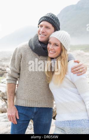 Jeune couple debout sur un paysage rocheux Banque D'Images