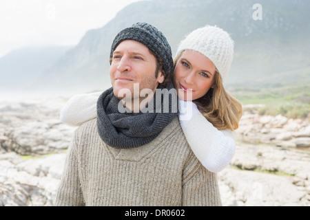 Jeune couple romantique ensemble sur un paysage rocheux Banque D'Images
