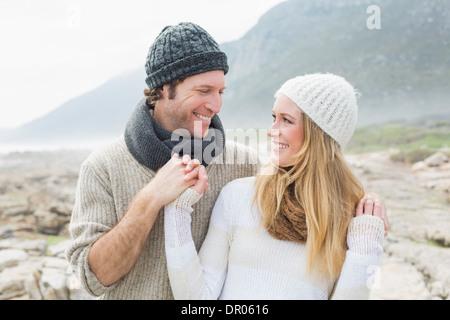 Couple Romantique ensemble sur paysage rocheux Banque D'Images