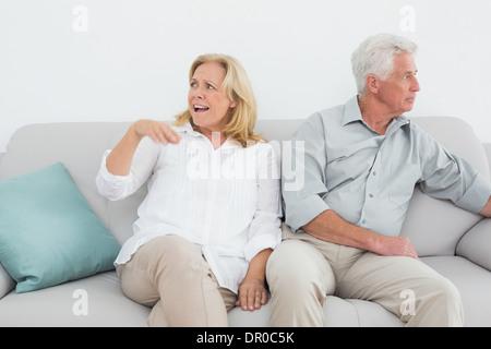Déplut à la maison couple détendue Banque D'Images