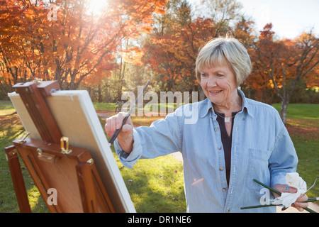 Peinture Senior woman outdoors Banque D'Images