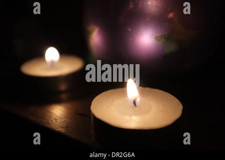 Un ensemble de bougies allumées. Banque D'Images