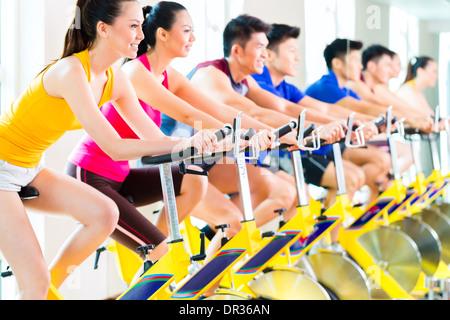 Sport asiatique chinois groupe d'hommes et de femmes dans le club de remise en forme ou de sport sur l'exercice Banque D'Images