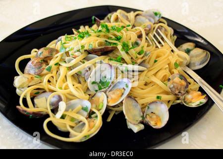 Les Linguine alle vongole - spaghetti aux palourdes. Banque D'Images