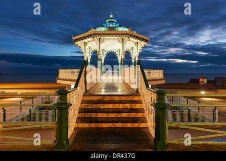 Kiosque à Brighton au crépuscule lumineux Banque D'Images