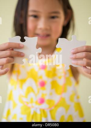 Fille coréenne de la connexion des pièces de puzzle Banque D'Images
