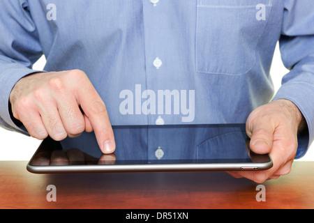 L'homme à l'aide d'un ordinateur tablette, Close Up.