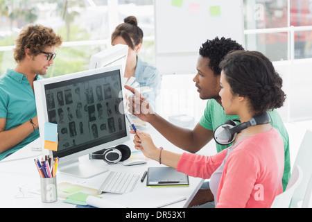 Le travail sur ordinateur Casual people in office Banque D'Images