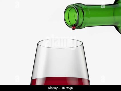 Verre à vin rouge avec dernière goutte de verser à la bouteille Banque D'Images