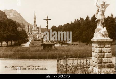 Lourdes - Statue de Saint Michel Banque D'Images