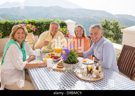 Les couples de prendre le petit-déjeuner sur le patio Banque D'Images