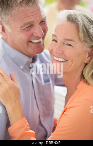Happy senior couple hugging Banque D'Images