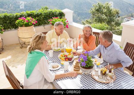 Les couples de prendre le petit-déjeuner sur le balcon Banque D'Images