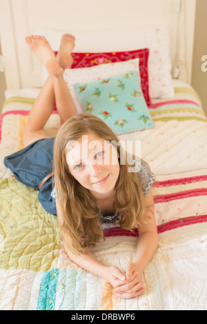 Girl laying on bed Banque D'Images