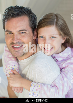 Father carrying daughter piggyback Banque D'Images