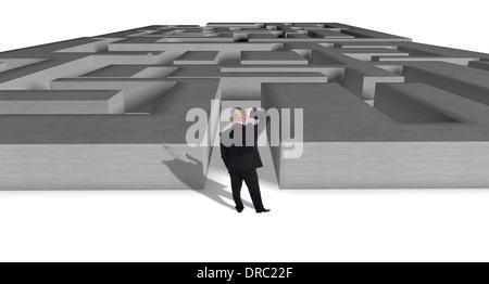 Businessman vu de derrière se gratter la tête en pensant combien puzzle à résoudre Banque D'Images