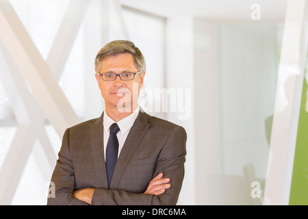 Businessman standing in office Banque D'Images