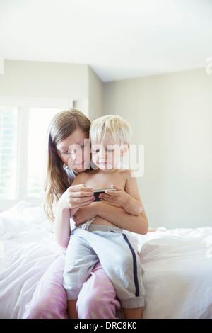 Les enfants à l'aide de téléphone cellulaire Banque D'Images